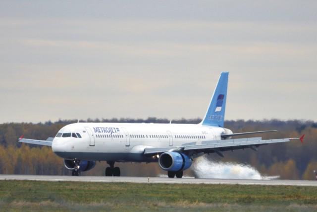 Na archívnej snímke z 20. októbra 2015 lietadlo ruskej leteckej spoločnosti Kogalymavia Airbus A321 na moskovskom medzinárodnom letisku Domodedovo
