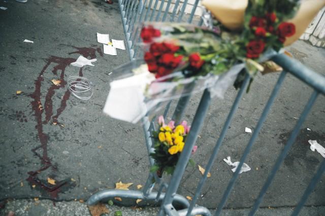 Na snímke kvety a stopy krvi pred koncertnou sieňou Bataclan 14. novembra 2015 v Paríži