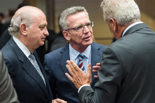 Na snímke nemecký minister vnútra Thomas de Maiziere (v strede) sa rozpráva s eurokomisárom pre migráciu a vnútorné záležitosti Dimitrisom Avramopoulosom (vpravo) a španielskym rezortným partnerom Jorgeom Fernandezom Diazom (vľavo)