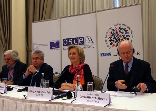 Na snímke predstavitelia medzinárodnej misie pozorovateľov nedeľňajšieho hlasovania Andreas Gross, Ignacio Sanchez Amor, Margareta Cederfeltová a Geert-Hinrich Ahrens