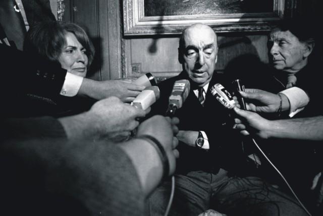 Na archívnej snímke čilský spisovateľ a neskoršie veľvyslanec Čile vo Francúzsku Pablo Neruda počas interview s novinármi 21. októbra 1971 v Paríži