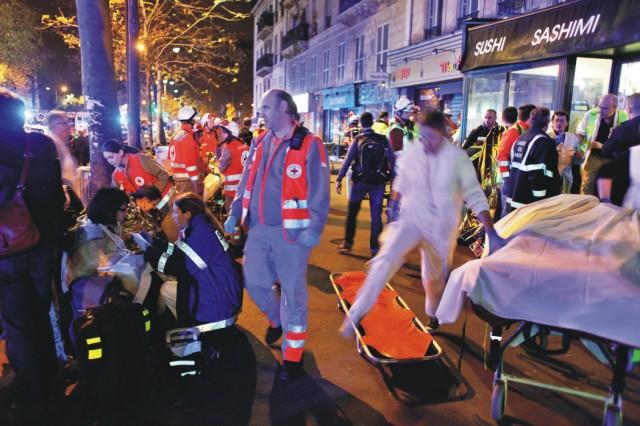 Na snímke evakuácia ľudí z koncertnej siene Bataclan po streľbe v Paríži 13. novembra 2015. K útoku na Bataclan došlo vo chvíli, keď sa tam konal koncert americkej rockovej skupiny Eagles of Death Metal