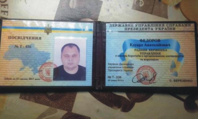 Na snímke pas zamestnanca sekretariátu Porošenka