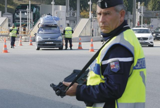 V súvislosti s piatkovými teroristickými útokmi v Paríži Francúzsko podniká kroky na zvýšenie ochrany a bezpečnosti svojich veľvyslanectiev, konzulátov, kultúrnych centier a škôl v zahraničí