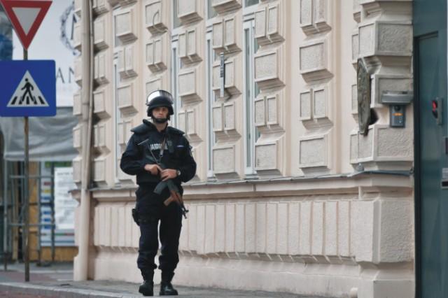 Francúzski vyšetrovatelia pátrajú po aute s dvoma osobami, ktoré sú podozrivé zo spoluúčasti na sérii piatkových atentátov v Paríži