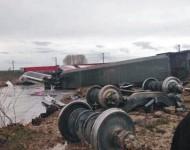 Na snímke vykoľajený vlak  po spadnutí z mosta