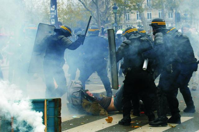 Na snímke polícia zatýka aktivistu počas demonštrácie za lepšie životné prostredie v Paríži 29. novembra 2015. Približne 100 ľudí bolo dnes zadržaných pri potýčkach, ktoré prepukli v centre Paríža počas pokojnej demonštrácie. Napriek platnému výnimočnému stavu a z toho vyplývajúceho zákazu hromadných akcií vytvorili stovky demonštrantov v Paríži niekoľko ľudských reťazí. Týmto spôsobom chceli pred klimatickým summitom OSN začínajúcim sa v pondelok podporiť opatrenia na zastavenie globálneho otepľovania
