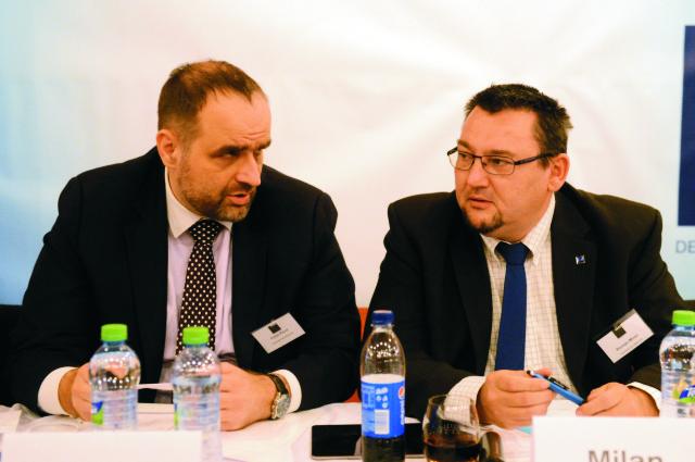 Na snímke predseda SDKÚ-DS Pavol Frešo (vľavo) a novozvolený predseda Ústrednej rady SDKÚ-DS Milan Roman