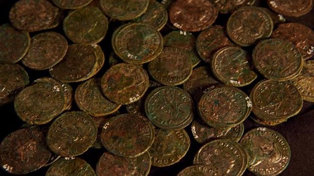 Na snímke časť nájdených rimských mincí vo švajčiarskom Uekene