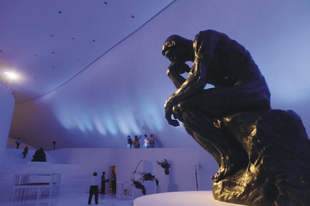 Na snímke pohľad na sochu The Thinker od francúzskeho umelca Augusta Rodina