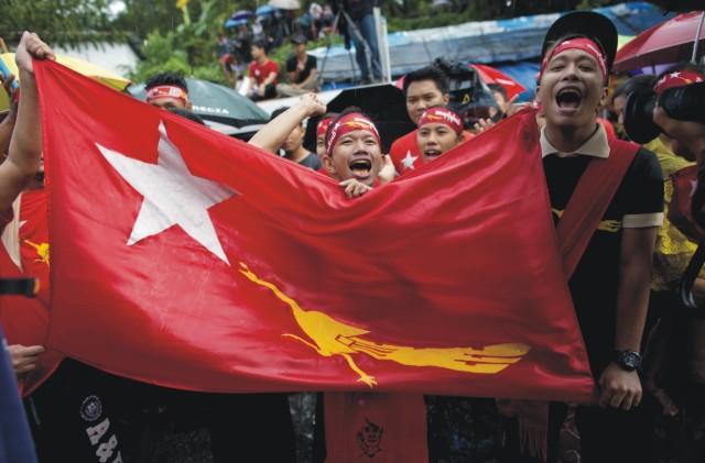 Stúpenci líderky mjanmarskej opozície a strany Národná liga za demokraciu (NLD) Aun Schan Su Ťij skandujú po zverejnení výsledkov parlamentých volieb v Mjanmarsku, pred sídlom NLD v Rangúne 9. novembra 2015