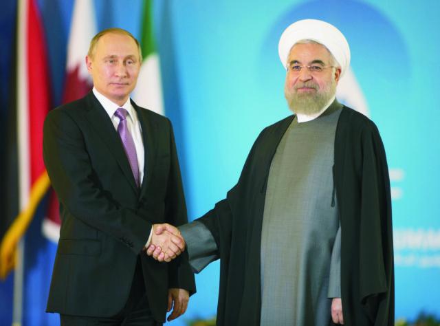 Iránsky prezident Hassan Rúhání (vpravo) si podáva ruku s ruským prezidentom Vladimirom Putinom
