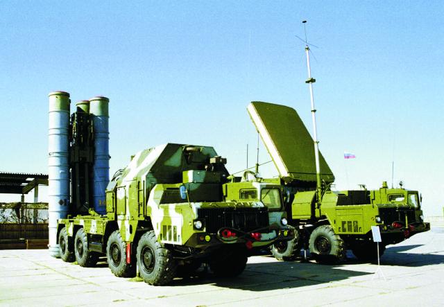 Na archívnej snímke protiraketové systémy S-300