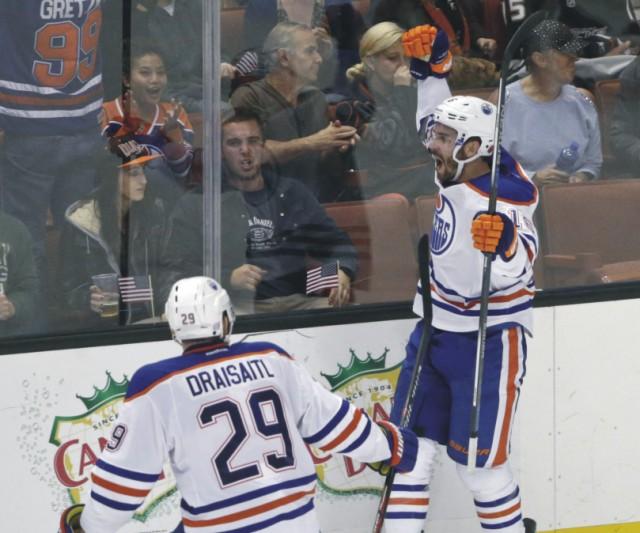 Teddy Purcell z Edmontonu Oilers sa raduje z víťazného gólu proti Anaheimu Ducks v zápase zámorskej NHL 11. novembra 2015 v anaheime