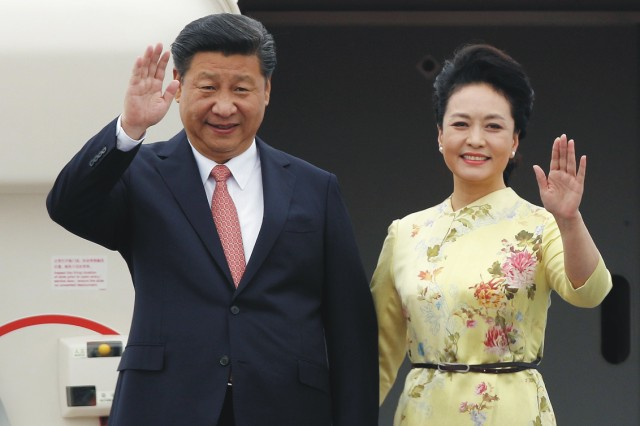 Na snímke čínsky prezident Si Ťin-pching a jeho manželka Pcheng Li-jüan mávajú pri výstupe z lietadla pri svojej prvej oficiálnej návšteve vo Vietname