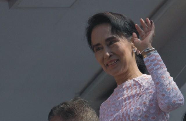 Líderka mjanmarskej opozície Aun Schan Su Ťij máva stúpencom po jej prejave po parlamentých voľbách v Mjanmarsku, z balkóna sídla strany na predmestí Rangúnu 9. novembra 2015. Prvé slobodné parlamentné voľby v Mjanmarsku za posledných 25 rokov mali v nedeľu hladký priebeh a neboli počas nich hlásené žiadne prípady násilia. Očakáva sa víťazstvo opozičnej strany Národná liga za demokraciu (NLD) pod vedením bývalej disidentky Aun Schan Su Ťij
