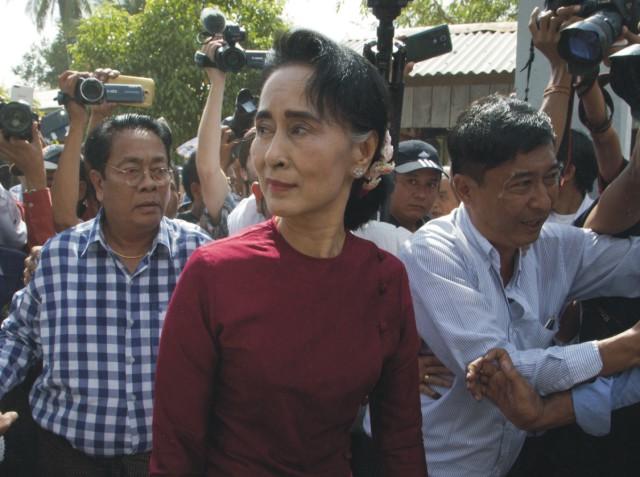Na snímke uprostred líderka mjanmarskej opozície Aun Schan Su Ťij