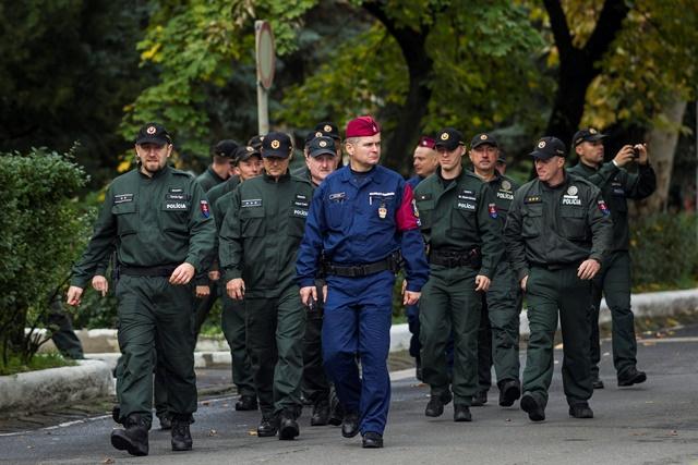 Na snímke slovenskí policajti stoja počas  uvítacej ceremónie 50 slovenských policajtov v Budapešti