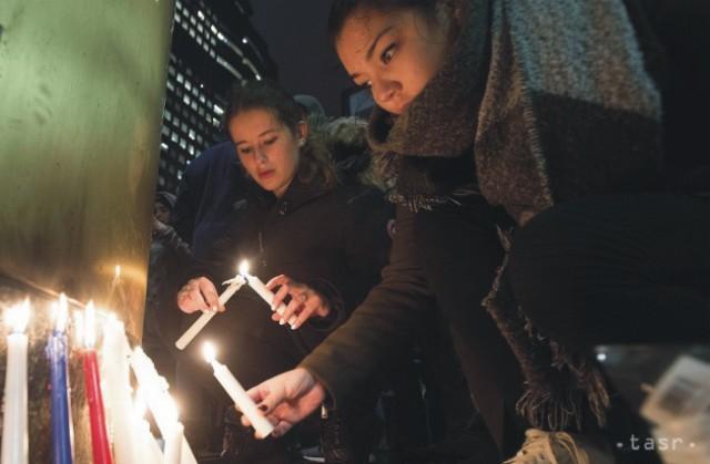 Ľudia zapaľujú sviečky pred francúzskym konzulom v Montreale na počesť obetí teroristických útokov v Paríži, 14. novembra 2015