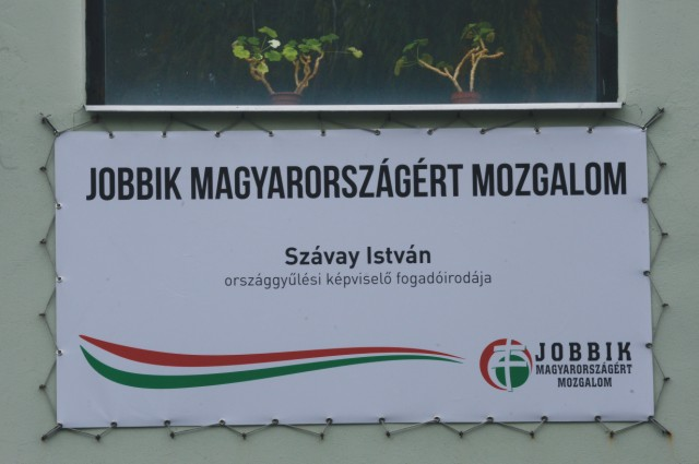 Na snímke bilbord na prístavbe k mestskému kultúrnemu stredisku v Dunajskej Strede, v ktorej si otvoril kanceláriu poslanec maďarského parlamentu a podpredsedu maďarského opozičného Hnutia za lepšie Maďarsko – Jobbik István Szávay