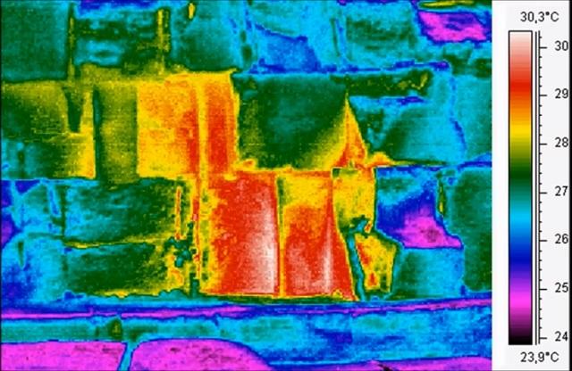 Snímka tepelnej termografie spodných blokov Cheopsovej pyramídy na úrovni terénu. Červené sfarbenie prezrádza vyššie teploty a isté dutiny za nimi