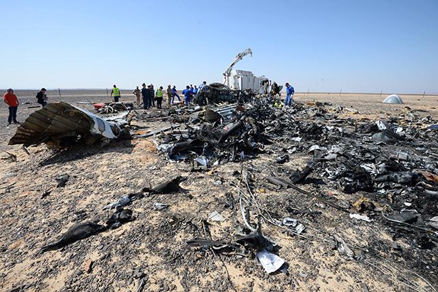 Na snímke trosky ruského lietadla Airbus A321, ktoré havarovalo v centrálnej časti egyptského Sinajského polostrova