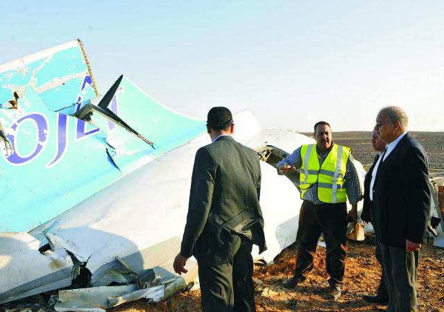 Na snímke  egyptský premiér Šaríf Ismáíl (vpravo) si prezerá časť ruského lietadla Airbus A321, ktoré havarovalo v Hasane v centrálnej časti egyptského Sinajského polostrova v sobotu 31. októbtra 2015. Lietadlo spoločnosti Kogalymavia a 217 cestujúcimi a siedmimi členmi posádky na palube smerovalo z prímorského letoviska  Šarm aš-Šajch do ruského Petrohradu