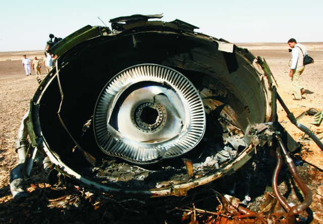 Na snímke časť motora z havarovaného ruského airbusu 1. novembra 2015 v egyptskej Hassane. Lietadlo ruskej spoločnosti Kogalymavia smerovalo v sobotu 31. októbra 2015 z egyptského prímorského letoviska Šarm aš-Šajch do ruského Petrohradu