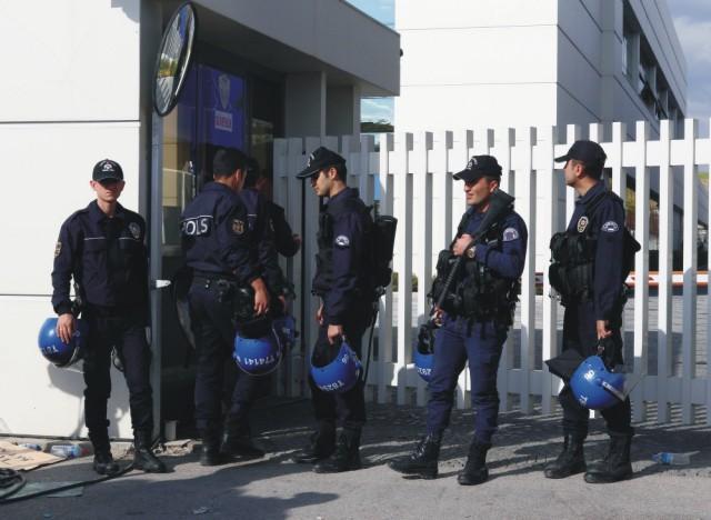 Na archívnej snímke tureckí policajti
