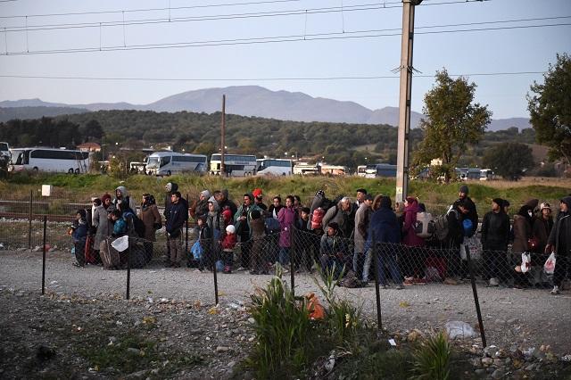 Migranti a utečenci čakajú v severogréckej dedine Idomeni na prekročenie hranice s Macedónskom