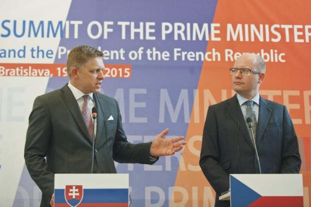 Na archívnej snímke predseda vlády SR Robert Fico (vľavo) a predseda vlády ČR Bohuslav Sobotka