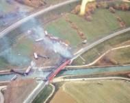 Na snímke vidieť časť vlaku ktorý po vykoľajení spadol z mosta do vody