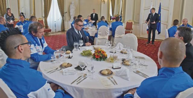 Predseda vlády SR Robert Fico (vpravo) počas pracovného obedu so slovenskými reprezentantmi vo futbale a zástupcami Slovenského futbalového zväzu (SFZ) 10. novembra 2015 v Bratislave.  Na snímke zľava Marek Hamšík, tréner reprezentácie Ján Kozák, prezident SFZ Ján Kováčik a vpravo od chrbta kapitán reprezentácie Martin Škrtel