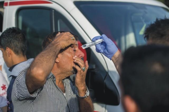 Na archívnej snímke zdravotník ošetruje zraneného migranta