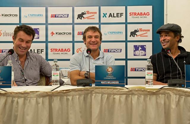 """Na snímke zľava bývalí tenisti Pat Cash, Mats Wilander a Yannick Noah počas tlačovej konferencie pred tenisovou exhibíciou """"Tennis Champions 2015"""""""