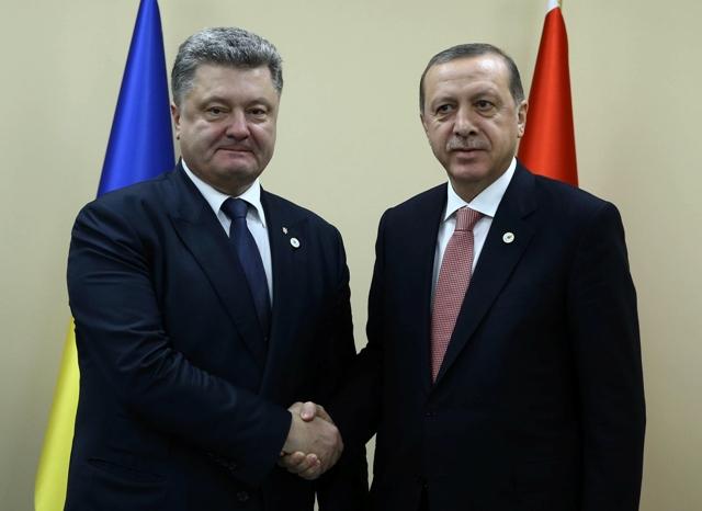 Na snímke turecký prezident  Recep Tayyip Erdogan (vpravo) si podáva ruku so svojím ukrajinským partnerom Petrom Porošenkom počas ich stretnutia na klimatickom summite OSN v Paríži (COP21)