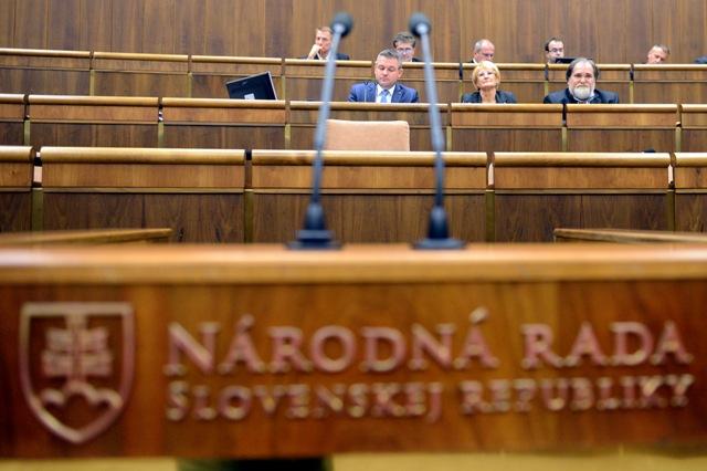 Na snímke dolný rad zľava predseda NR SR Peter Pellegrini (Smer-SD), podpredsedníčka NR SR Jana Laššáková (Smer-SD) a podpredseda NR SR Miroslav Číž (Smer-SD)