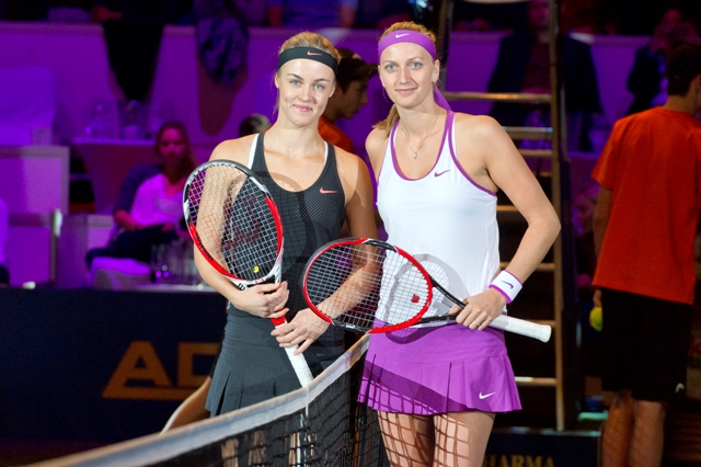 Na snímke slovenská tenistka Anna Karolína Schmiedlová (vľavo) a dvojnásobná wimbledonská šampiónka Petra Kvitová z Českej republiky