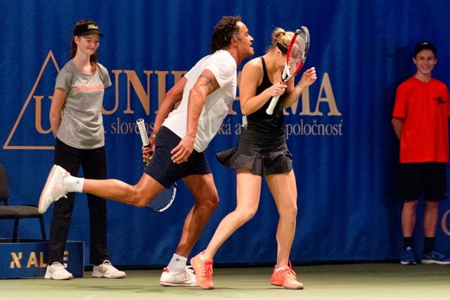 Na snímke vľavo Yanick Noah a vpravo Anna Karolína Schmiedlová počas záverečného mixu na utorňajšej exhibícii Tennis Champions