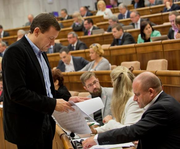 Na ilustračnej snímke poslanci NR SR zľava Daniel Lipšic (nezaradený), Martin Poliačik a Jozef Mihál (obaja SaS)