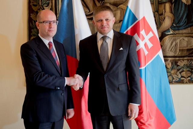 Na snímke predseda vlády SR Robert Fico (vpravo) a predseda vlády ČR Bohuslav Sobotka