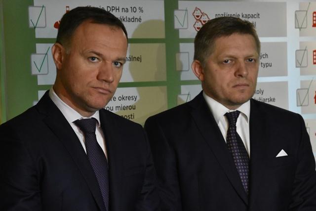 Premiér SR Robert Fico (vpravo) a minister zdravotníctva SR Viliam Čislák (vľavo) dnes na pôde Fakultnej nemocnice v Trnave ohlásili splnenie predposledného, 14. opatrenia druhého vládneho balíčka