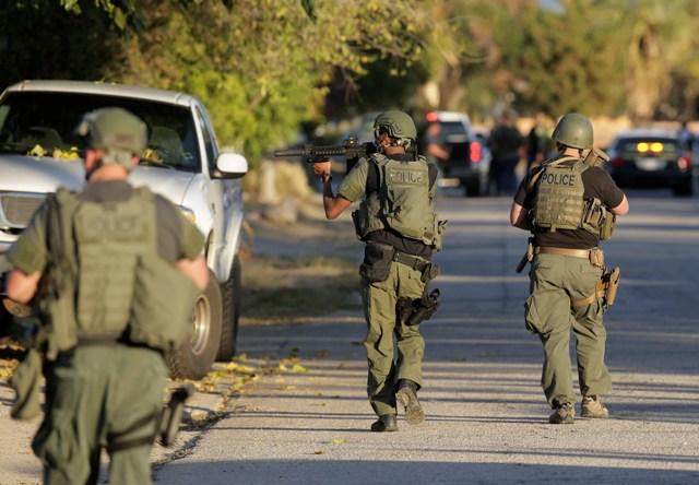 Policajti počas pátrania po podozrivej osobe po streľbe v zariadení sociálnych služieb pre ľudí s vývojovými poruchami v kalifornskom meste San Bernardino