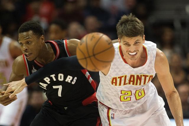 Na snímke vľavo hráč Raptors Kyle Lowry, vpravo hráč Atlanty Kyle Korver v zápase basketbalovej NBA Atlanta Hawks - Toronto Raptors