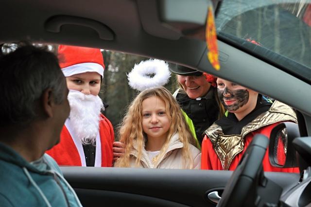 Aj Krajské riaditeľstvo PZ v Žiline si spoločne s deťmi zo Základnej školy Limbová v Žiline pripravili na ceste I/18 v Žiline pri závode Hyza preventívnu dopravno – bezpečnostnú kontrolu vo štvrtok 3. decembra 2015