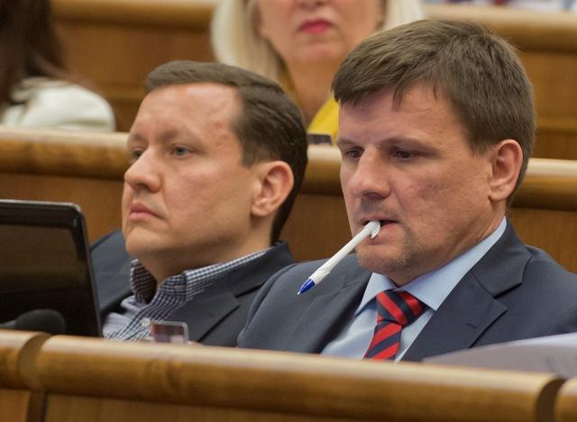 Na snímke poslanci NR SR vľavo Daniel Lišic (nezaradený) a vpravo Alojz Hlina (KDH)