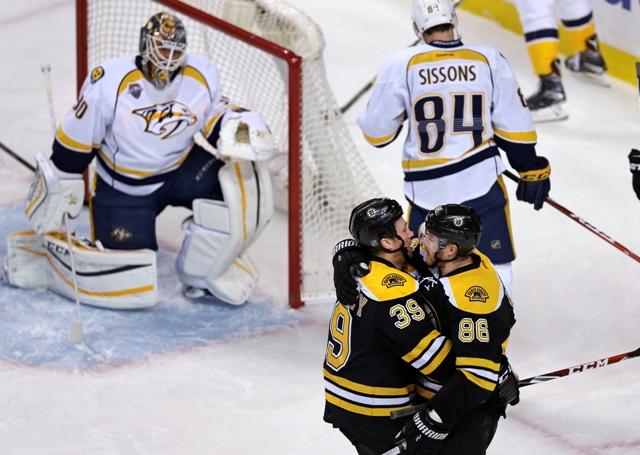 Obranca Bostonu Bruins Kevan Miller (vpravo) sa teší so spoluhráčom Mattom Beleskeyom po strelení gólu v zápase zámorskej hokejovej NHL Boston Bruins - Nashville Predators