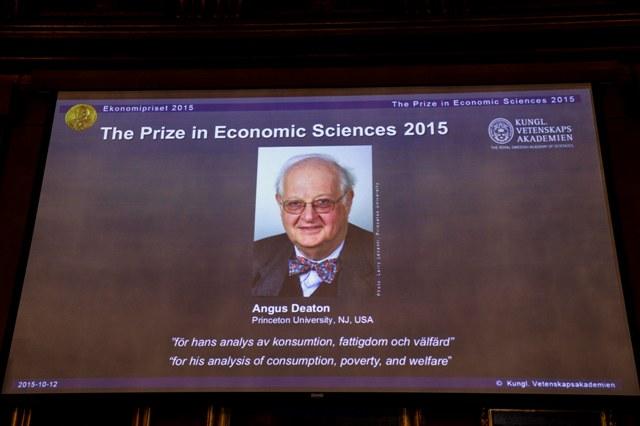 Na snímke fotografia  škótskeho ekonóma Angusa Deatona, ktorý získal Nobelovu cenu za ekonómiu za rok 2015