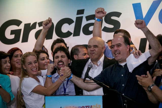 Venezuelskí opoziční lídri  zľava Lilian Tintoriová, manželka väzneného Leopolda Lopeza, Freddy Guevara, Jesus Torrealba a Julio Borges