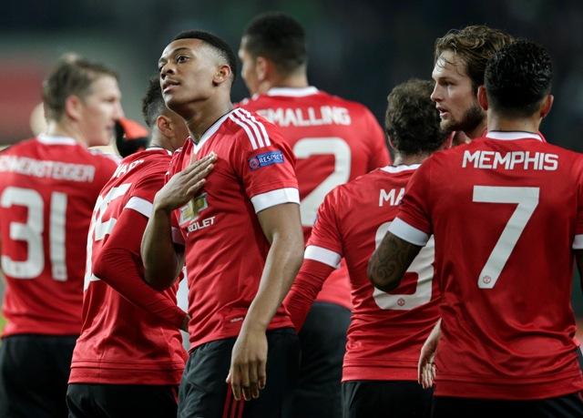 Na snímke hráč United Anthony Martial (vľavo vpredu) oslavuje so spoluhráčni otvárací gól v zápase 6. kola skupinovej fázy futbalovej Ligy majstrov B-skupiny VfL Wolfsburg - Manchester United vo Wolfsburgu